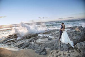 Novios en la playa con olas