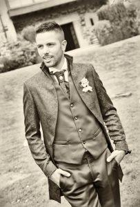 Novio con traje de boda