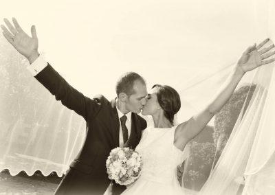 Beso con velo de boda