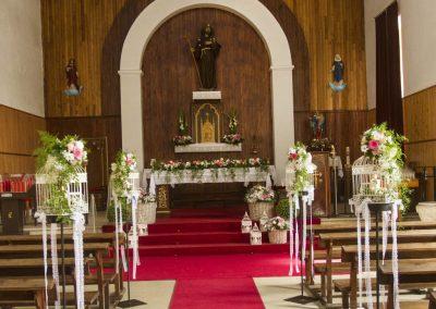 Decoración floral en iglesia