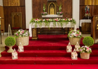 Decoración floral en altar iglesia