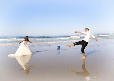 Novios boda jugando al futbol