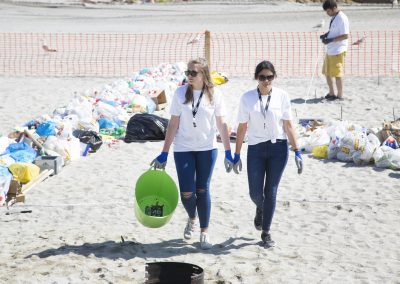 Voluntarias en la playa de Riazor