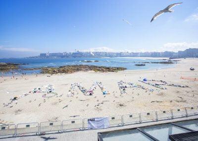 """Intervención artística """"amar omar"""" playa de Riazor"""