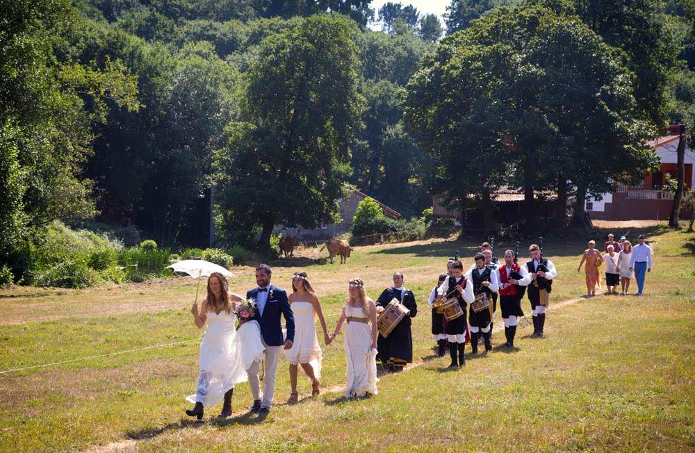 Gaiteiros acompañando a la novia