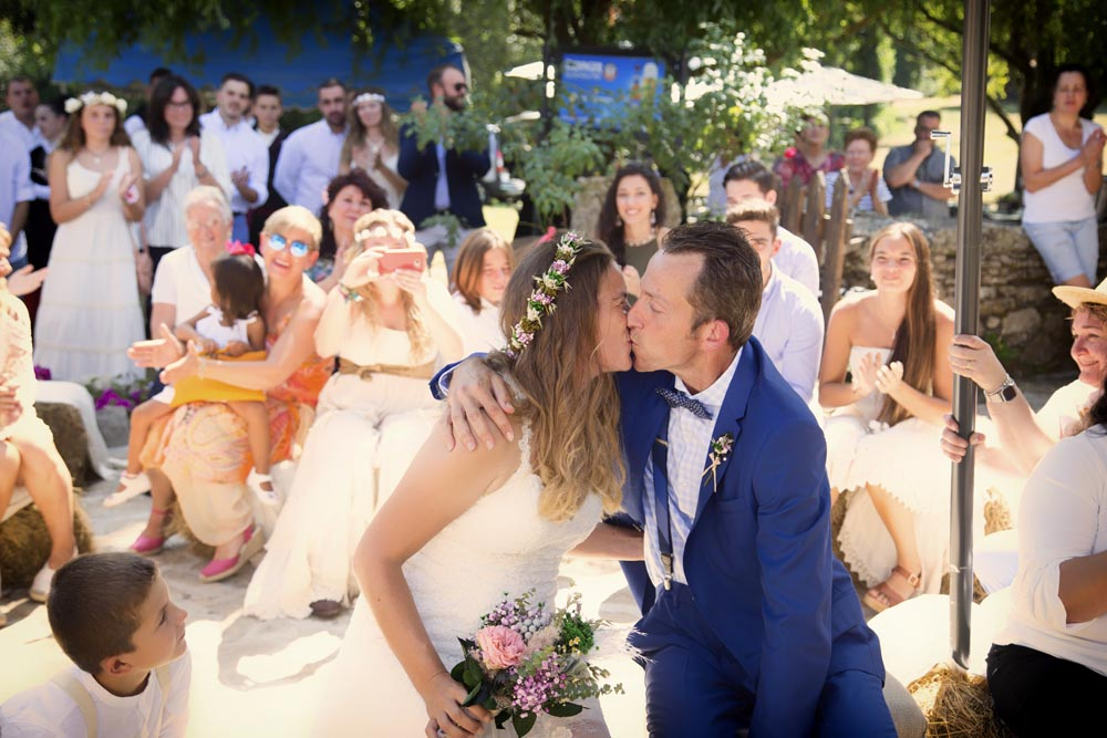 Beso en boda de peregrinos