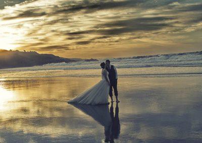 Playa en Atardecer con novios en postboda