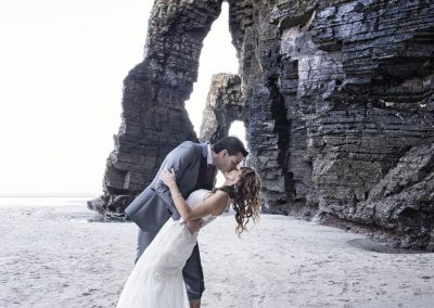 Beso romántico de novios