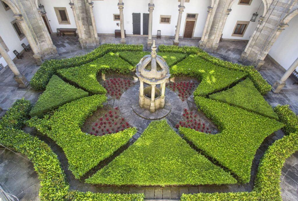 Jardines en claustro del Hostal de los Reyes Católicos