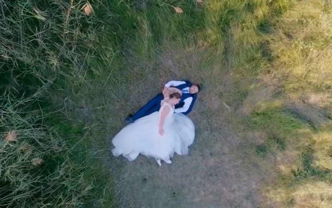 Novios tumbados en la hierba