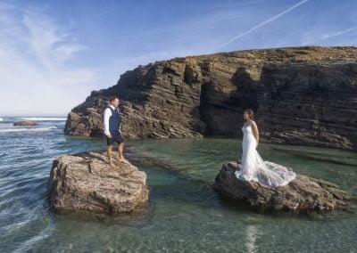 Novios en roca con marea baja