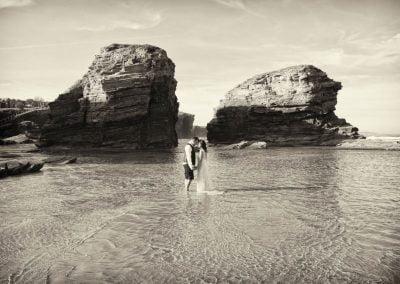 novios en marea baja