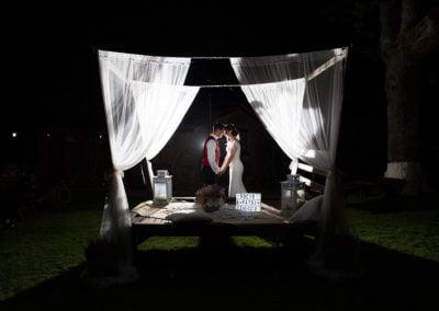 pareja de boda en balinesa de noche